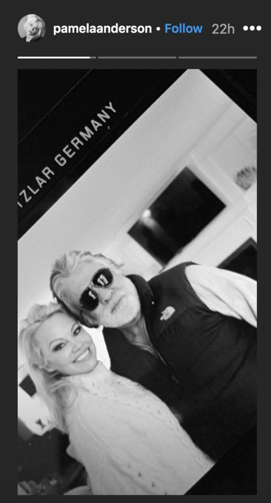 Памела Андерсон поделилась фотографией с новым мужем Джоном Питерсом. (История Instagram)
